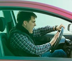 motoristas cometendo uma direção agressiva com veículo da empresa